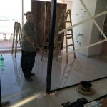 דלת פתיחה זכוכית +ידית ומנעול
