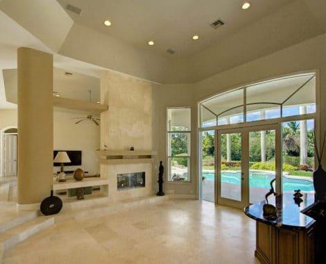 מערכת חלונות ודלתות המשלבת עיצוב בסגנון חלון פתיחה על צירים מאלומיניום. אטום, אמין ועמיד לאורך שנים.