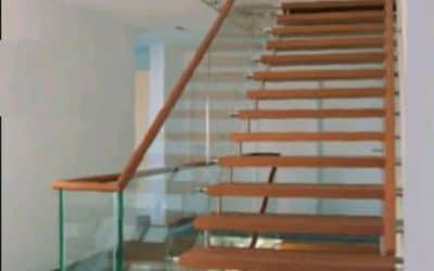 מדרגות עץ +זכוכית