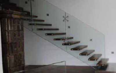 מעקה זכוית שלוב מדרגות עץ מרחפות