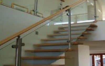 מעקה זכוכית ומדרגות עץ