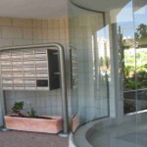 מקופפת דלת כניסה מזכוכית